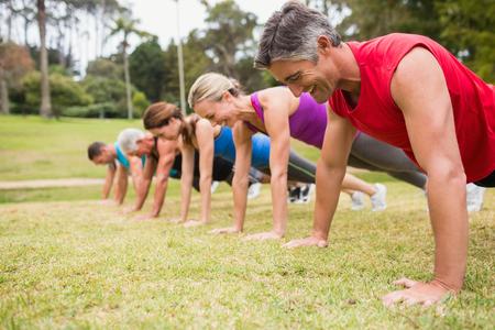 fitness hombres: Formaci�n de grupo atl�tico feliz en un d�a soleado Foto de archivo