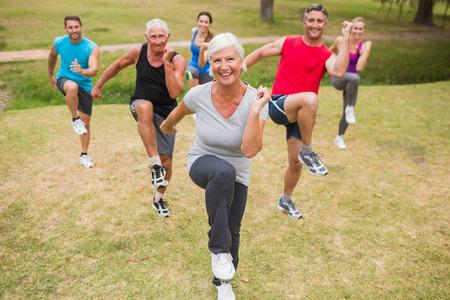mujeres maduras: Formación de grupo atlético feliz en un día soleado Foto de archivo