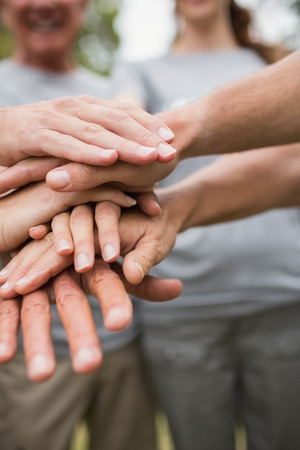 Glückliche freiwillige Familie ihre Hände zusammen an einem sonnigen Tag Standard-Bild - 42209796