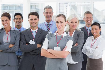personas mirando: La gente de negocios mirando a la c�mara con los brazos cruzados en la oficina
