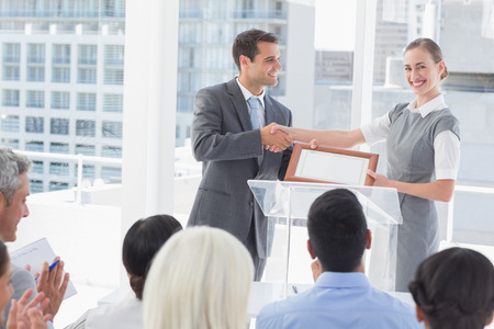 Zakelijke mensen met een award in de vergaderruimte