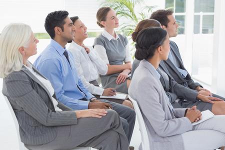 reuniones empresariales: La gente de negocios que escuchan durante meting en la oficina