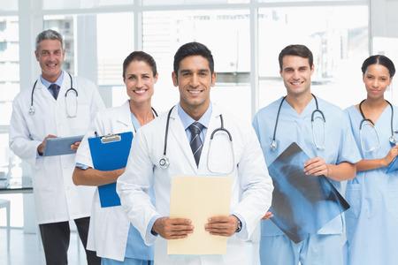 lab coat: Retrato de seguros m�dicos con los brazos cruzados en el consultorio m�dico