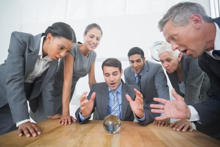 pelota: grupo de hombre de negocios a predecir el futuro con una bola de cristal Foto de archivo