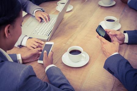 mujeres africanas: Hombres de negocios en una reunión con las nuevas tecnologías en la oficina
