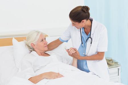 paciente: Médico explicando informe al paciente en el hospital