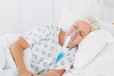 recuperation: a patient with an oxygen mask in the hospital Stock Photo