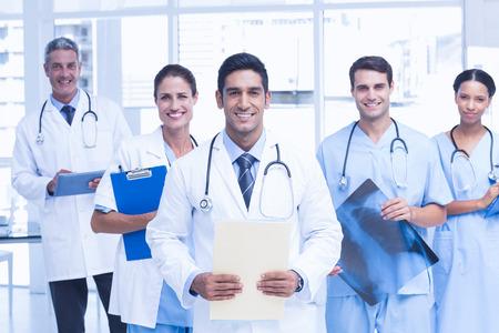 Portret van vertrouwen artsen met gekruiste armen op medische kantoor