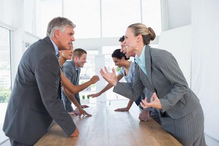 Geïrriteerd business team ruzie in het kantoor