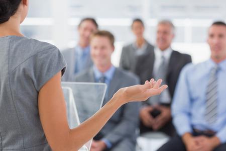 Zakenvrouw doet conferentie presentatie in de vergaderzaal Stockfoto