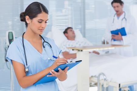 병실에서 환자를 돌보는 의사
