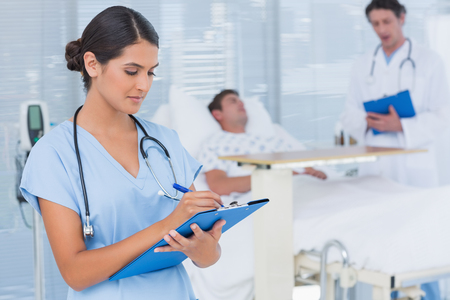 enfermera: Los médicos que cuidan de los pacientes en la sala de un hospital