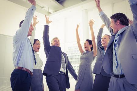 vzrušený: Obchodní tým slaví dobrou práci v kanceláři Reklamní fotografie
