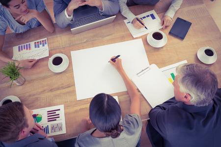 Equipo de negocios discutir los gráficos en la oficina