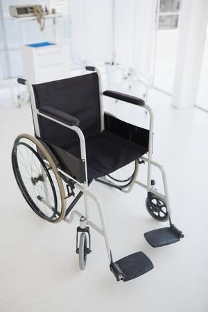 paraplegic: Imagen compuesta de silla de ruedas negro en el hospital