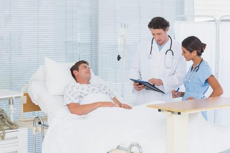enfermera con paciente: Los médicos que cuidan de los pacientes en la sala de un hospital