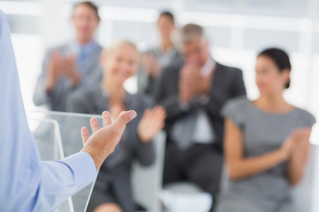 aplaudiendo: El hombre de negocios que hace la presentación conferencia en la sala de reuniones