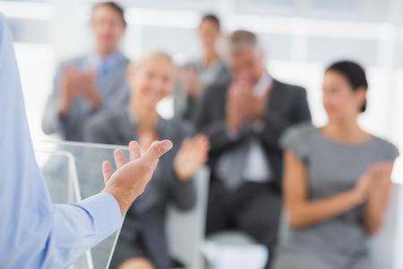 Geschäftsmann, der Konferenz-Präsentation im Tagungsraum