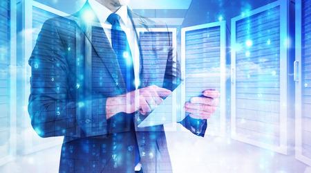 computer center: Hombre de negocios usando su PC de la tableta contra la sala de servidores