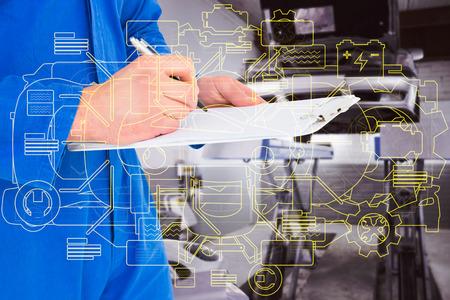 mecanico: Escritura masculina mecánico en el portapapeles contra el taller de reparaciones auto
