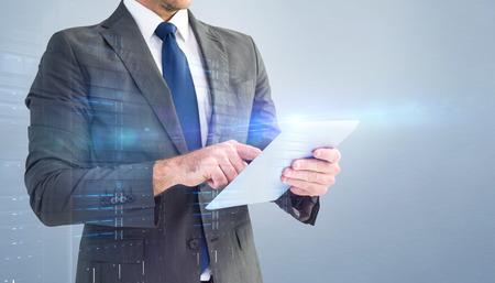 tecnología informatica: Hombre de negocios usando su PC de la tableta contra la viñeta gris