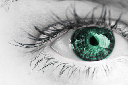 espiral: Cierre del ojo azul femenina contra espiral