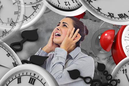 desperate: Desesperada empresaria contra el fondo gris