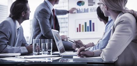 pizarra: J�venes empresarios en reuni�n de sala de juntas en la oficina