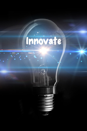 innoveren: innoveren tegen gloeiende gloeilamp Stockfoto
