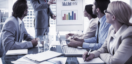 reuniones empresariales: J�venes empresarios en reuni�n de sala de juntas en la oficina