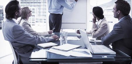 Mladí podnikatelé v zasedací místnost setkání v kanceláři