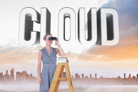 mujer mirando el horizonte: Empresario busca en una escala contra camino de arena que conduce a gran ciudad urbana Foto de archivo