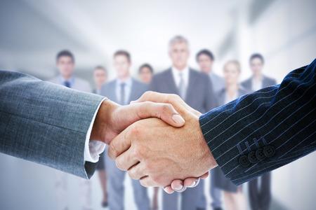Samengesteld beeld van mensen uit het bedrijfsleven handen schudden