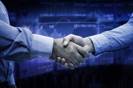 dando la mano: Los hombres dándose la mano en contra de acciones y participaciones