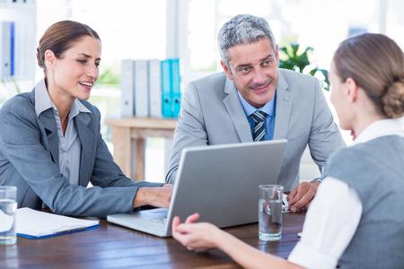 entrevista de trabajo: La gente de negocios de entrevista joven empresaria en la oficina