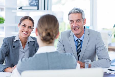 entrevista: La gente de negocios de entrevista joven empresaria en la oficina