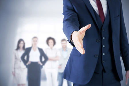 Image composite de homme d'affaires prêt à serrer la main