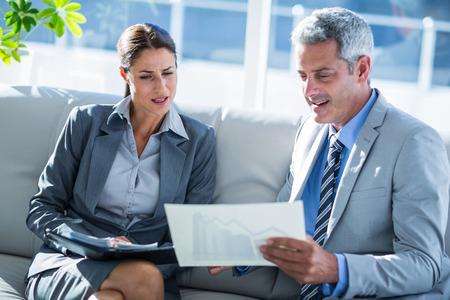 personas mirando: La gente de negocios que buscan en gr�fico en papel en la oficina
