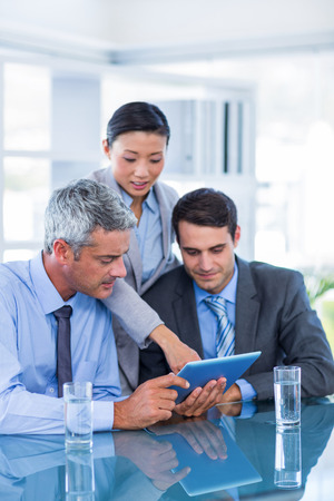 personas mirando: La gente de negocios que buscan en la computadora de la tableta en la oficina
