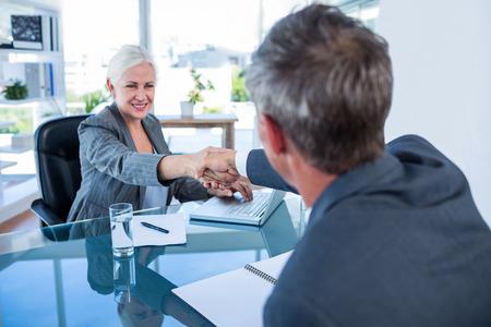 Glücklich Geschäftsleute Händeschütteln im Büro Standard-Bild - 42326747