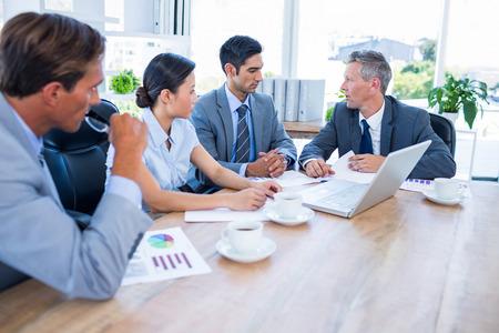 Geschäftsleute während des Treffens im Büro zusammen sprechen