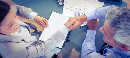 papel filtro: La gente de negocios dándose la mano en la oficina