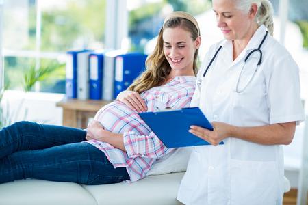 lekarz: Kobieta lekarz mówi do kobiety w ciąży w szpitalu