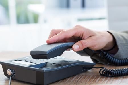 repondre au telephone: Businessman r�pondre au t�l�phone au bureau