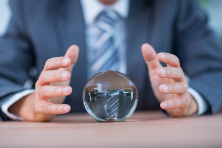 Empresario pronosticar una bola de cristal en la oficina Foto de archivo