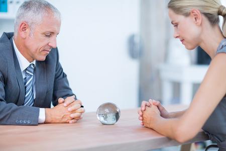 personas pensando: Dos hombres de negocios que piensa con una bola de cristal en la oficina