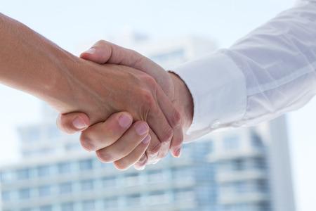 apret�n manos: Cierre de vista de dos hombres de negocios d�ndose la mano en la oficina
