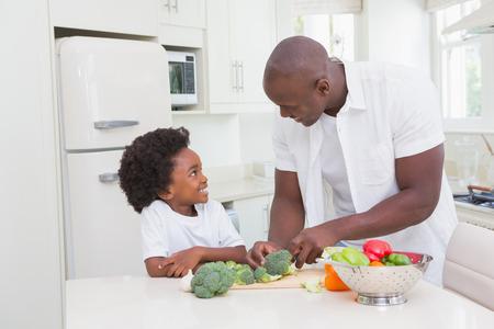 ni�os sanos: Ni�o peque�o que cocina con su padre en la cocina Foto de archivo