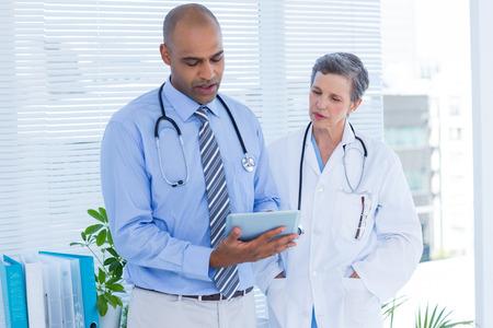 medical personal: colegas médicos concentradas con tablet PC en el hospital Foto de archivo