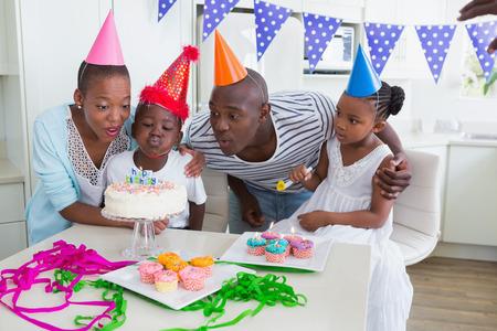 fiesta familiar: Familia feliz que celebra un cumplea�os juntos en casa en la cocina